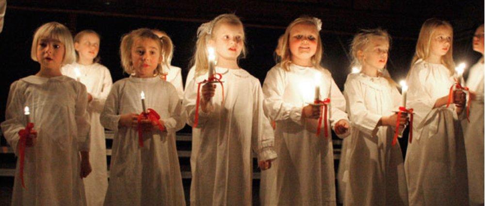 Det er spire- og børnekorene, som går Luciaoptog i Blovstrød Kirke. Foto: Blovstrød Kirke