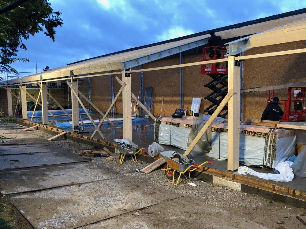 Efter at facadesøjlerne og tagspærene nu er kommet på plads ved svømmehallens udvidelse, får man en god fornemmelse af dryland-projektets udforming. Foto: AOB
