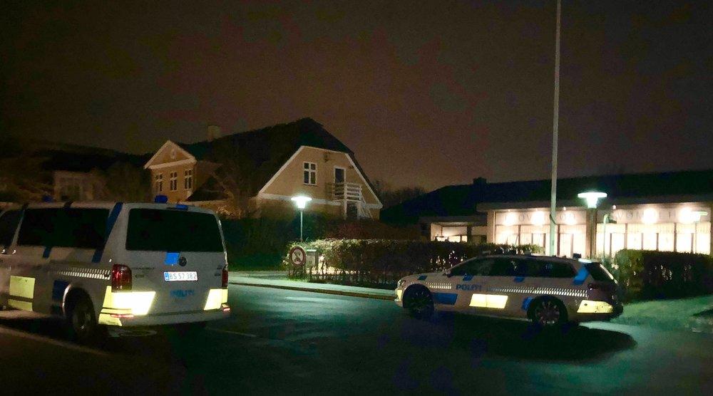 Politiet var sammen med en ambulance til stede ved Blovstrød Svømmehal mandag eftermiddag. Foto: AOB