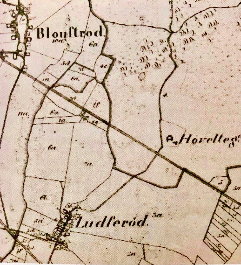 Udsnit af kort over Blovstrød fra1878, hvor man kan se Ludserød og Høveltegård på hver sin side af Kongevejen. Kort fra LAFAKs arkiv