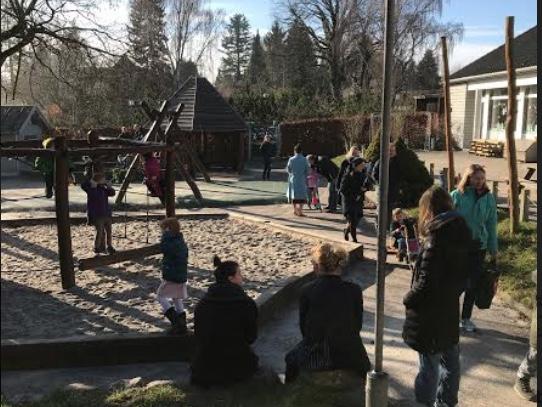 Efter velkomst og introduktion for forældrene samt kreativitet og sang med børnene, samledes alle på legepladsen. Foto: Mette Sand Kristensen