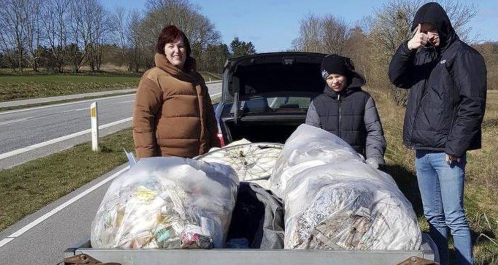 Margit og Henrik Sandum fandt 55 kg affald ved busstoppestedet på Sandholmgårdsvej. Her ses Margit Sandhum til venstre. Foto: Henrik Sandum