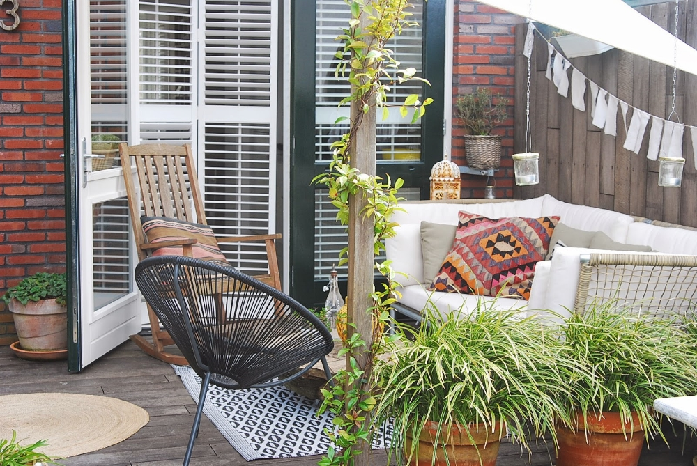 plants in large pots can section off an outdoor space via aestheticyou.nl