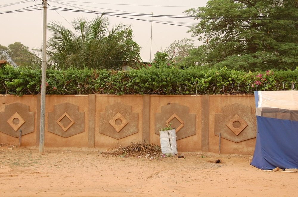 Compound wall decoration in Niamey, Niger. ©Mariam Kamara