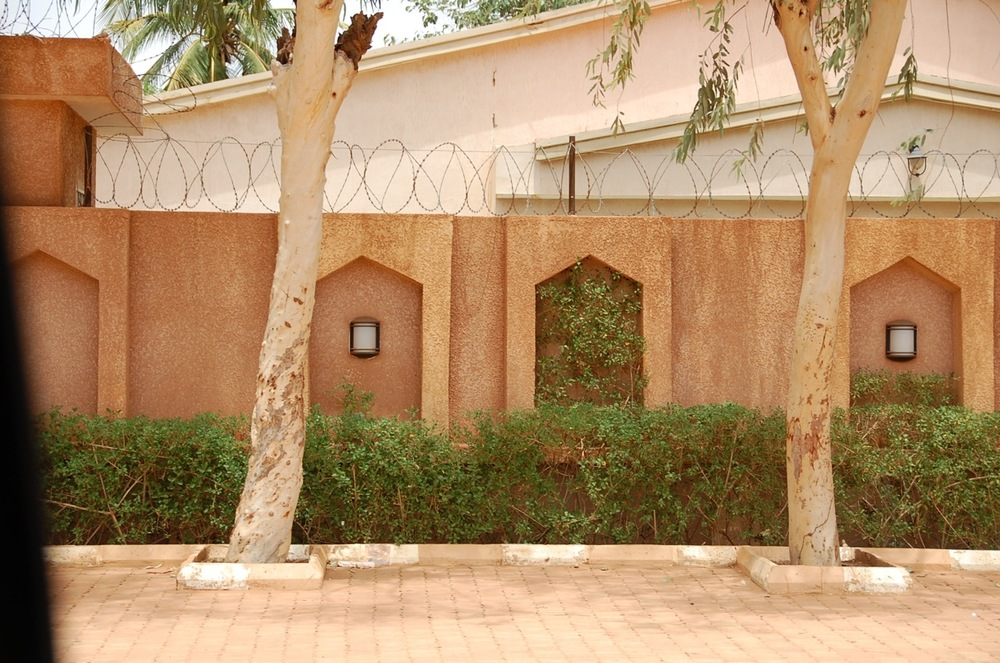 Compound wall in Niamey with niches for lights and low planters. ©Mariam Kamara