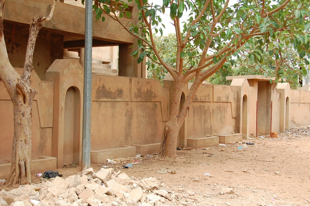 House under construction in Niamey with niches and planters framing entrance door. ©Mariam Kamara