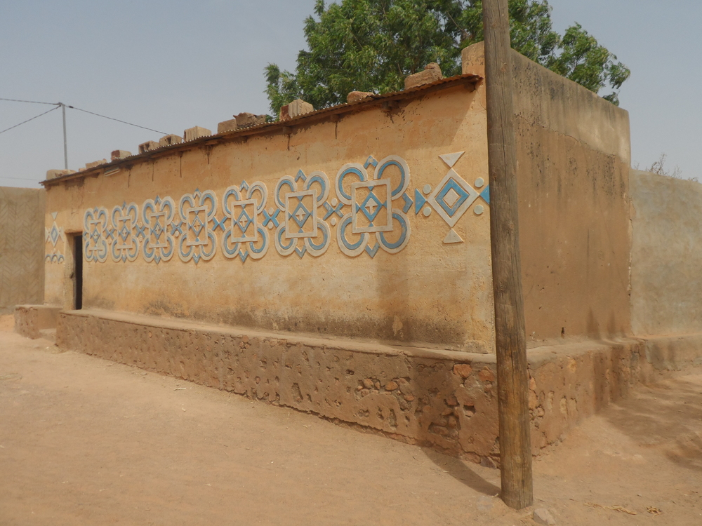 Cement-scratched traditional wall decoration in Zinder. ©Mariam Kamara