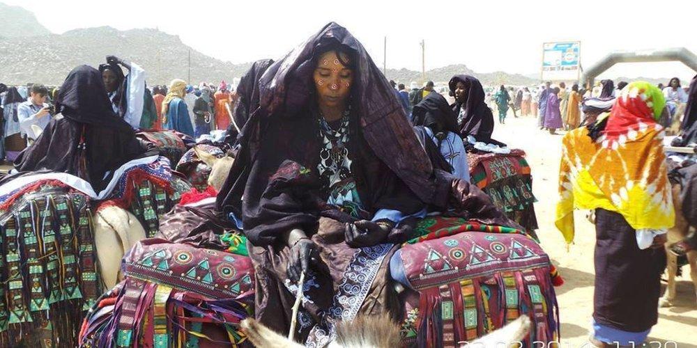 Femme touareg célébrant la cure salée