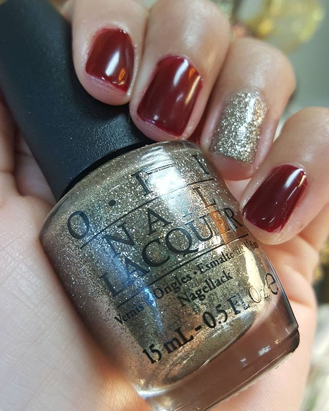🎄Get in the holiday spirit🎄 #OPI #myfavoriteornament #gelnails #accentnail #gotthebluesforred #xmas #salon2141 #pointloma #holidaypartyready #nailsbyLorraine