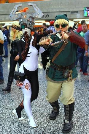 Jani, déguisée en Midna, avec son ami, déguisé en Link