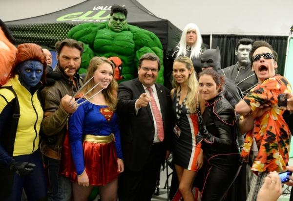 Le maire de Montréal, Denis Coderre, entouré de plusieurs cosplayeurs. Crédit: TVA Nouvelles