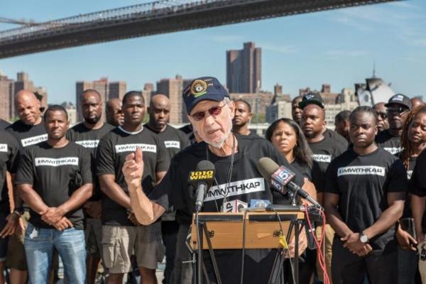Des officiers de la NYPD démontrant leur soutien à Kaepernick. (Crédit: The Source)