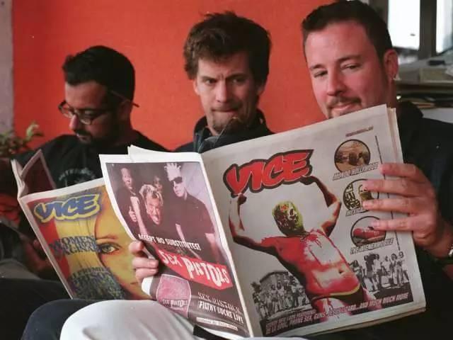 De gauche à droite: les fondateurs Suroosh Alvi, Gavin McInnes et Shane Smith avec la première édition du magazine Vice. (Crédit: Mitchel Raphael/National Post file)