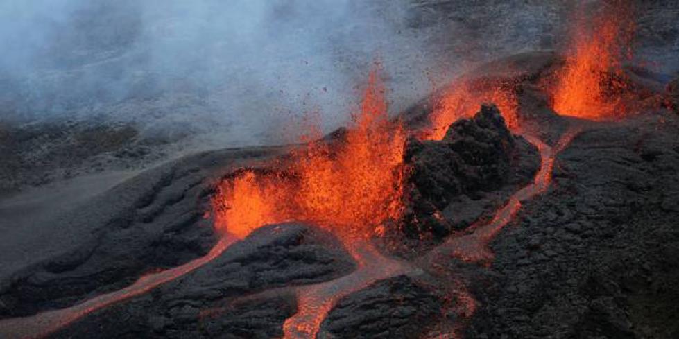 (Éruption Avril 2018, Europe1  http://www.europe1.fr/societe/la-reunion-le-piton-de-la-fournaise-une-nouvelle-fois-en-eruption-3616520 )
