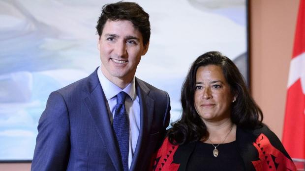 L'ex-Ministre Jody Wilson-Raybould en compagnie du Premier Ministre libéral du Canada Justin Trudeau.