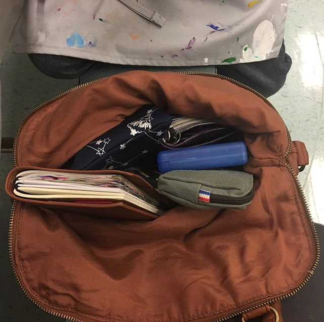 What's in my bag at Mother Son Paint Night. Planners, pouches, and DS games . . . . #whatsinmybag #gillio #gilliogiramondo #travelersnotebook #filofax #filofaxmalden #filofaxpocket #purse #handbag #nintendo #nintendo3ds #familynight #familynightout