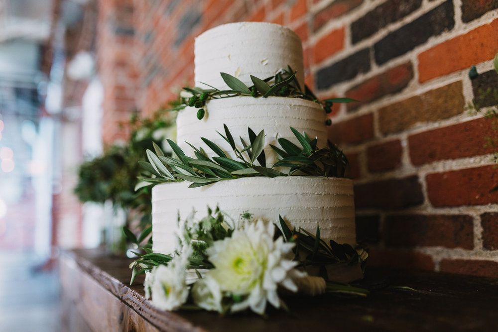 wedding-cake-details-greenery-instead-of-flowers-columbus-ohio-wedding-photographer1.jpg