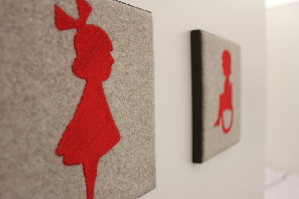 Detail handgestickte Toilettenschilder/ detail embroidered toilet signs