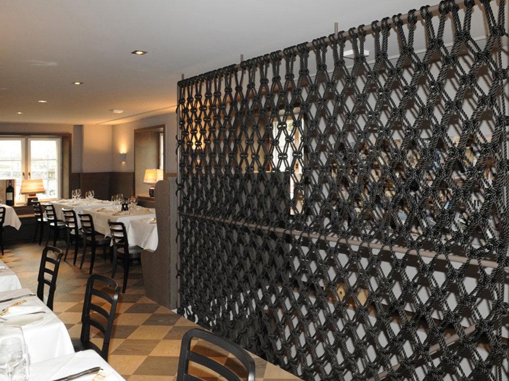 Treppenschutzgitter aus geknotetem Seil im restaurant La Zagra in Zürich, Schweiz