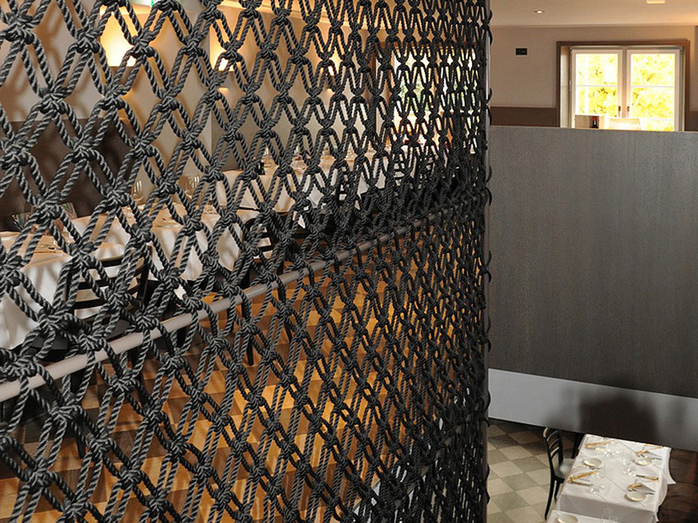 Treppenschutzgitter aus geknotetem Seil im Restaurant La Zagra in Zürich, Schweiz  Macramee room divider and random railing at the Restaurant La Zagra in Zurich, Switzerland