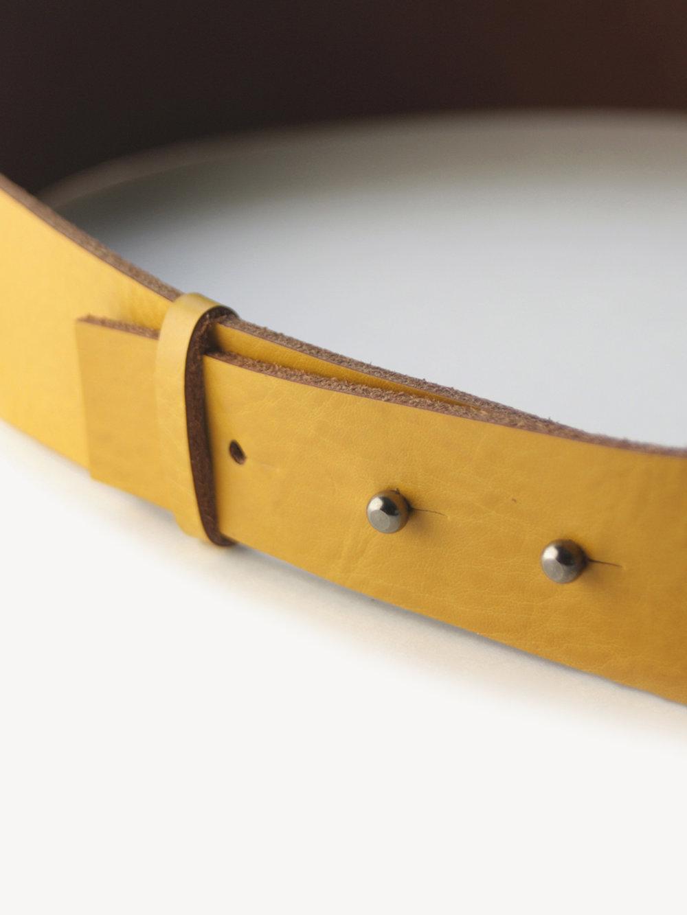 Christina Pauls, Dteail Verschluss Obigürtel aus Leder, gelb