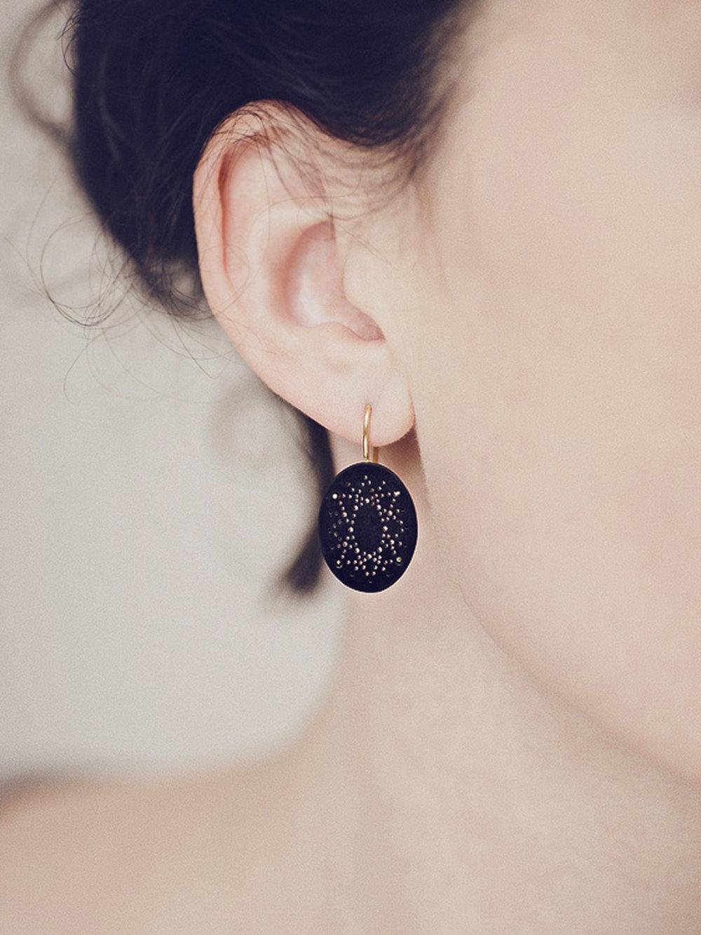 Christina Pauls, Ovale Punkt Ohrringe mit synthetischem Onyx und 585 Gold