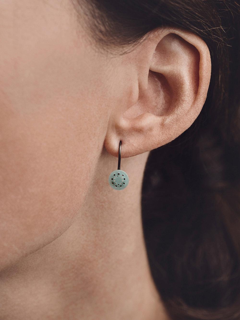 Christina Pauls, kleine Punkt-Ohrringe in Silber