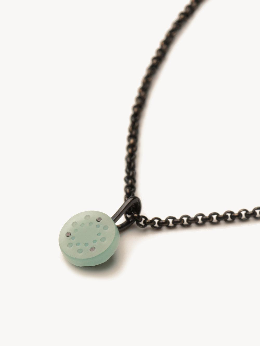 Christina Pauls, kleiner Punkt Anhänger mit Kette in Silber mit Opal