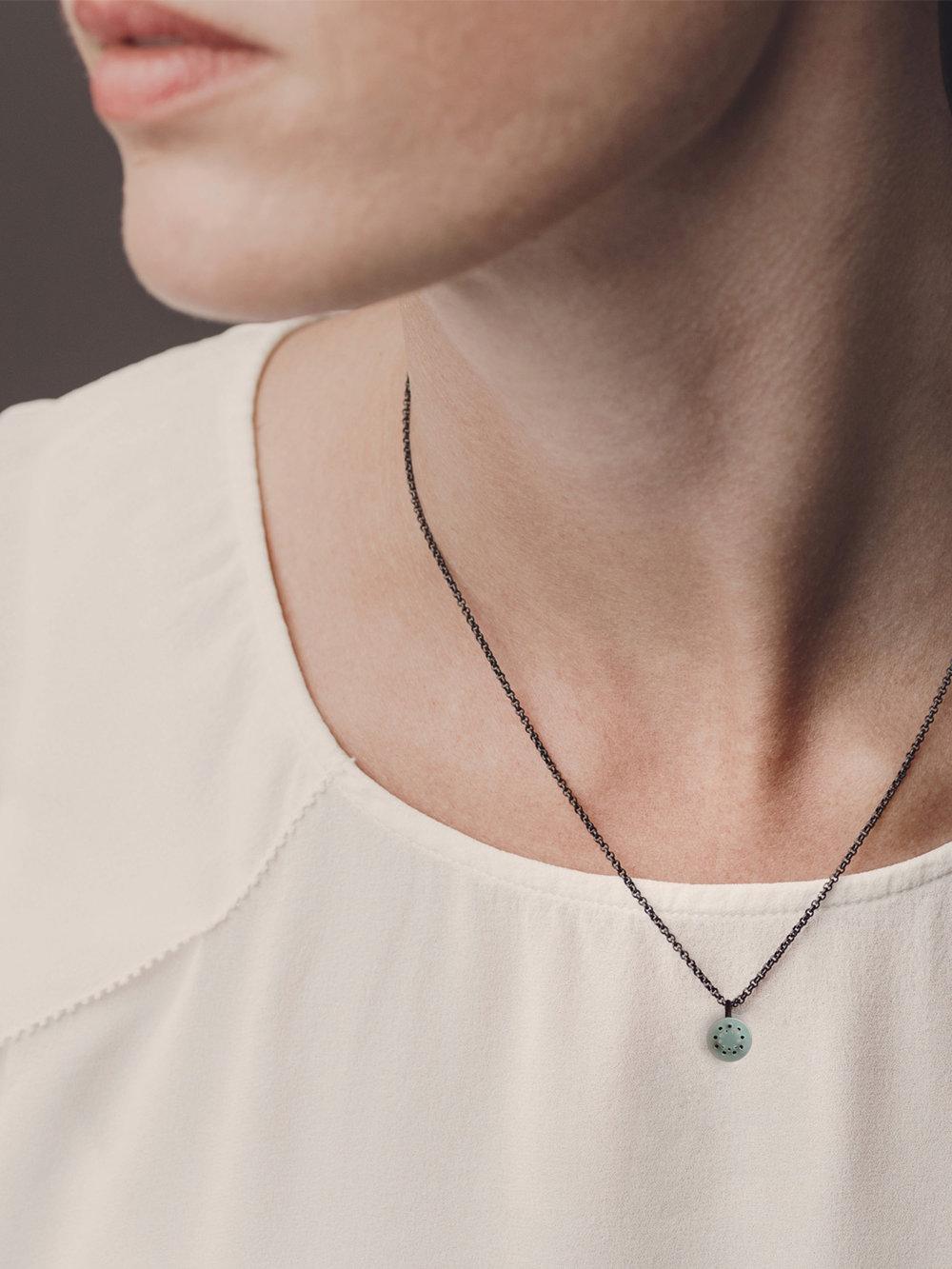 Christina Pauls, Kette mit Punkt Anhänger in Silber und Opal