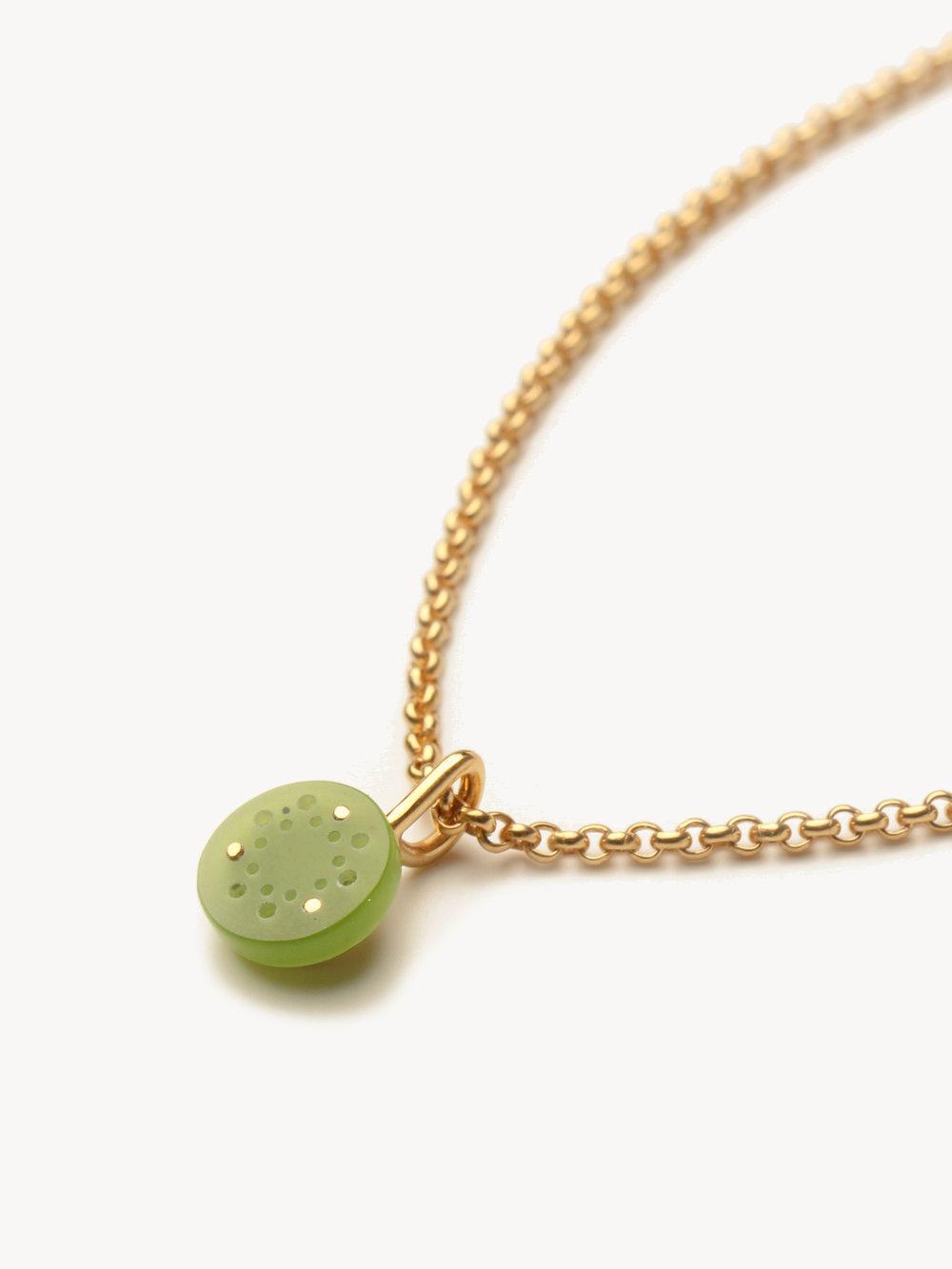 Lochwerk-Anhänger Petit in vergoldetem Silber und synthetischer Jade  Lochwerk-pendant Petit in goldplated silver and synthetic jade