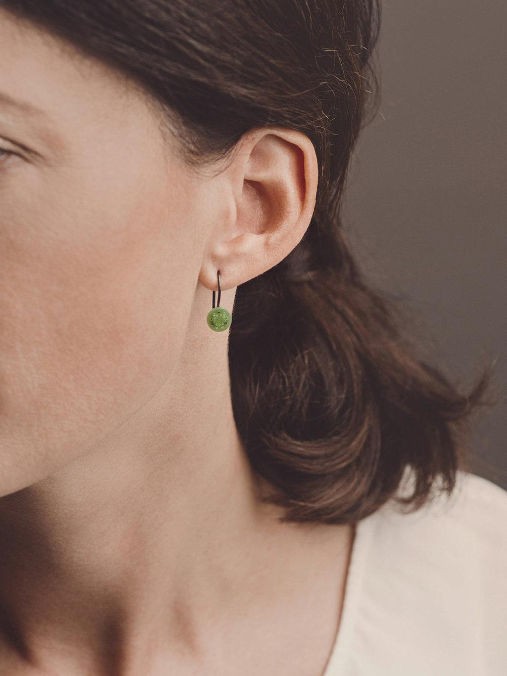 Christina Pauls, Ohrringe schwarzrutheniertes Silber und synthetische Jade