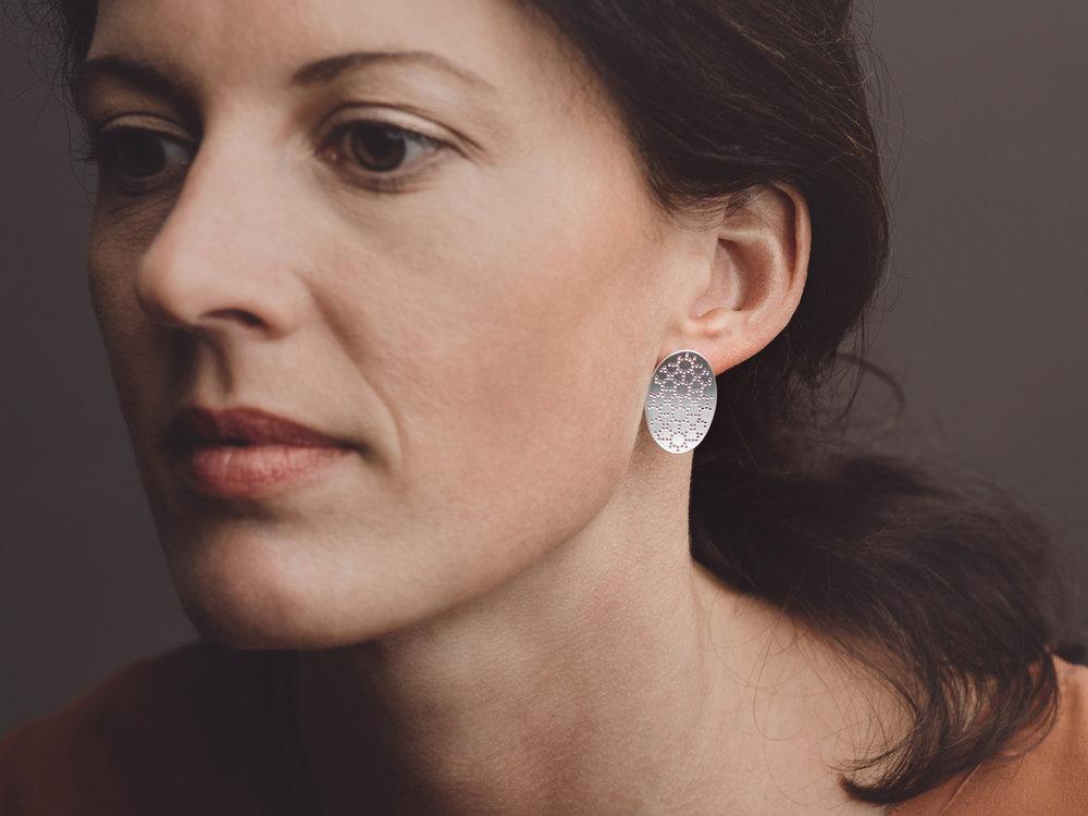 Christina Pauls, Nadelwerk Ohrringe mit zartem Punktmuster Stine in Silber