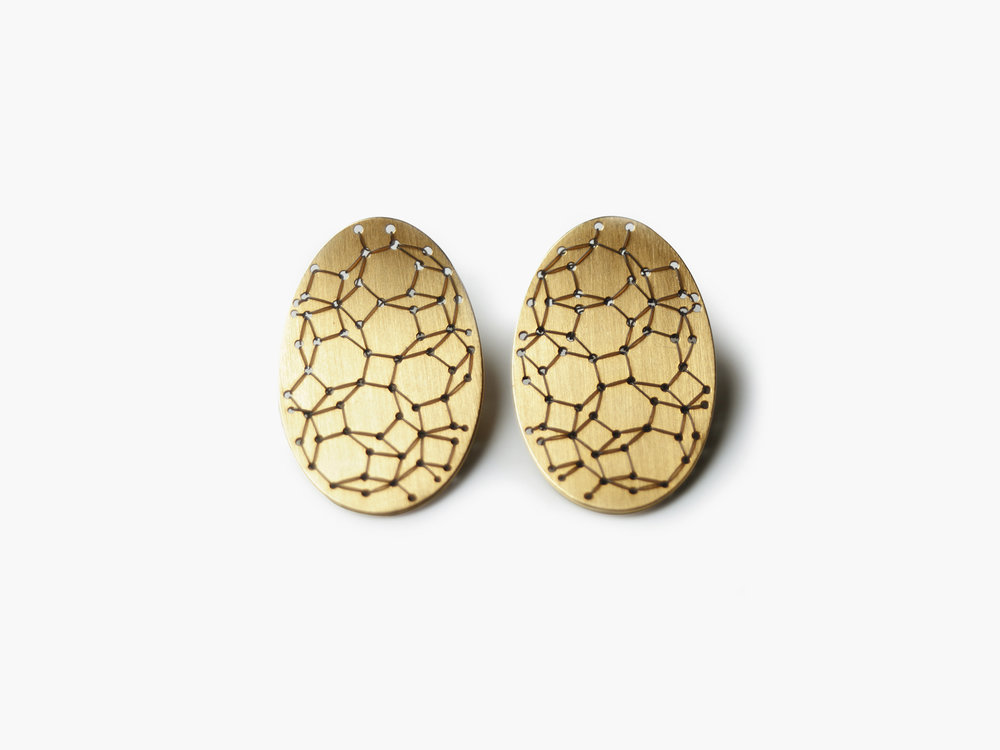 Bestickte Nadelwerk-Ohrstecker Yael in 750 Gold  Embroidered Nadelwerk-earrings Yael in 18kt gold