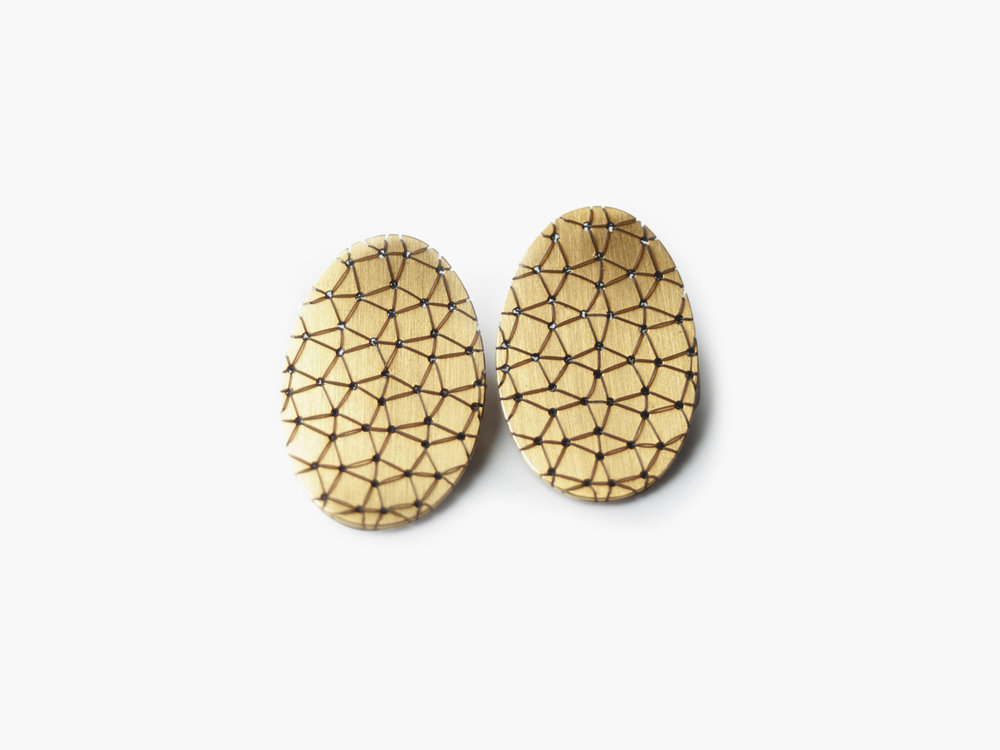 Bestickte Nadelwerk-Ohrstecker Yuki in 585 Gold/embroidered Nadelwerk-earrings Yuki in 14kt gold