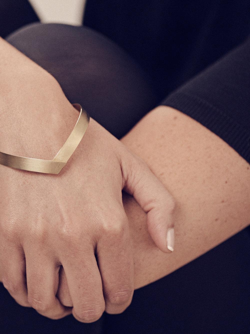 Band-Armreif, einfach in 750 Gold mit Seidenstruktur/ Band-bracelet, single in 18kt gold with silk structure
