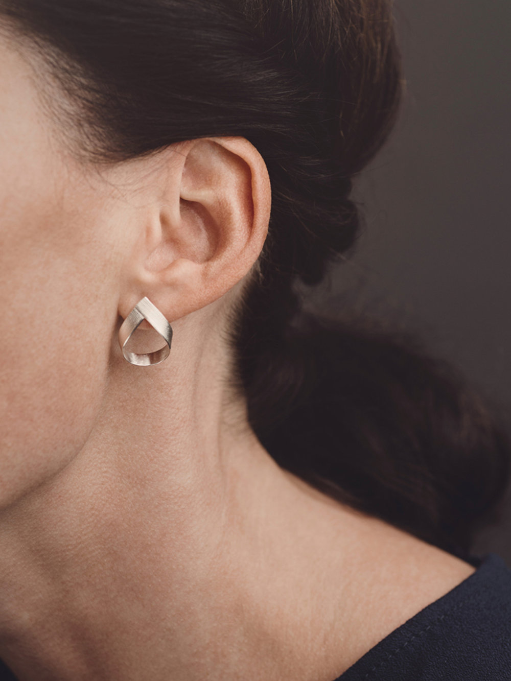Band-Ohrstecker, klein in 925 Silber mit Seidenstruktur/ Band-earrings, small in sterling silver with silk structure