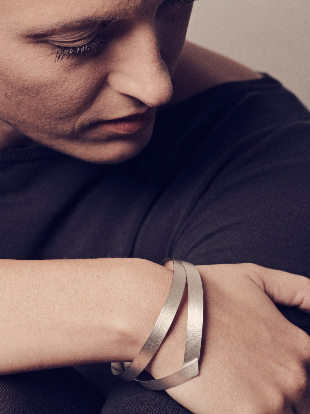 Band-Armreif, doppelt in 925 Silber mit Batiststruktur/ Band-bracelet, double in sterling silver with batist structure