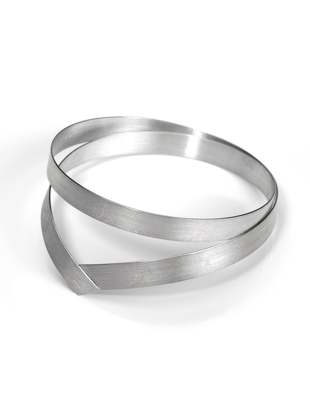 Band-Armreif, doppelt in 925 Silber mit Batiststruktur  Band-bracelet, double in sterling silver with batist structure