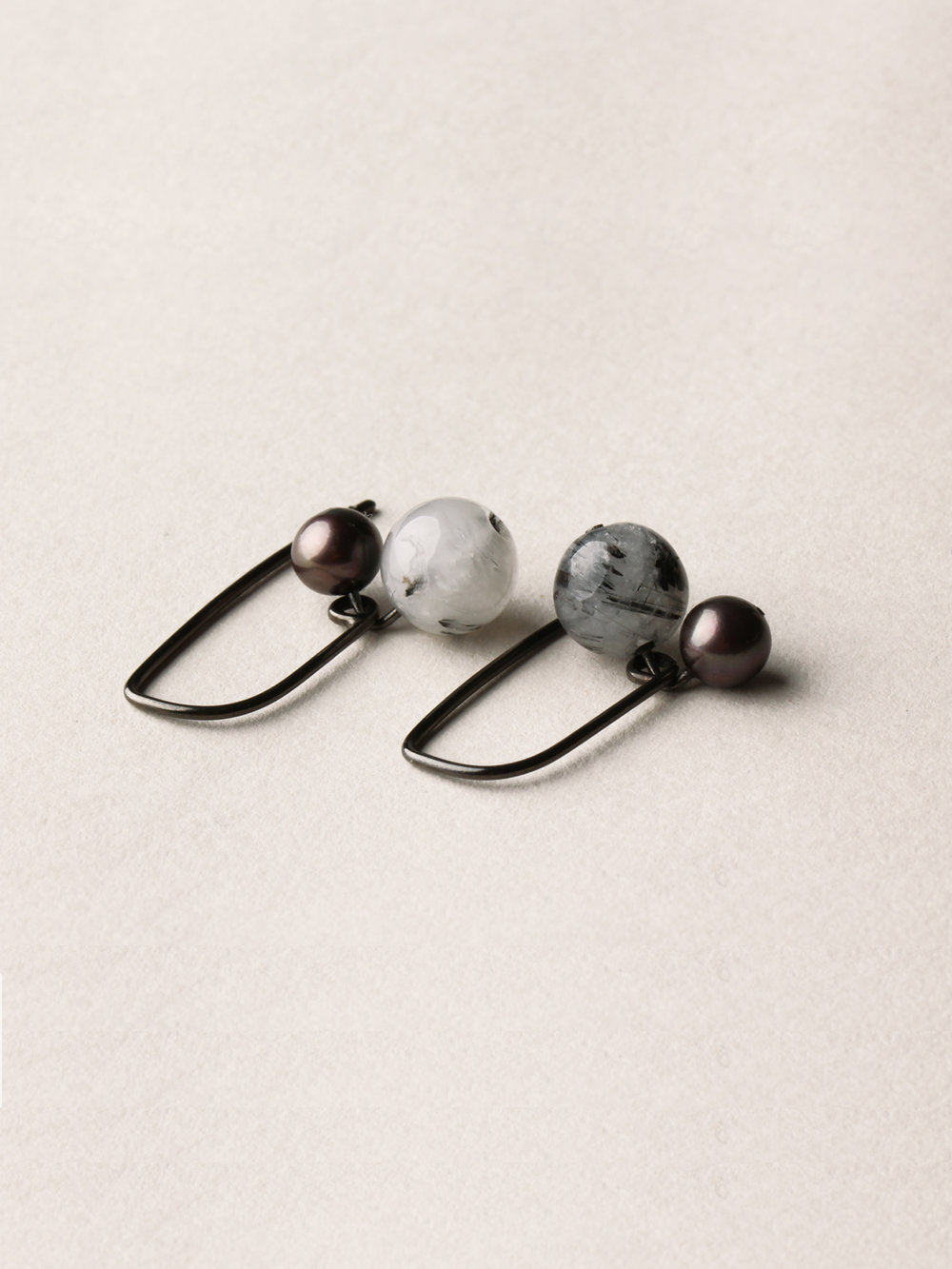 Perlen Ohrhänger, kurz in schwarzrutheniertem Silber, echten Süßwasserzuchtperlen und Rutilquarzperlen  Pearl earrings, short in blackruthenized silver, sweetwater pearls and love arrows pearls