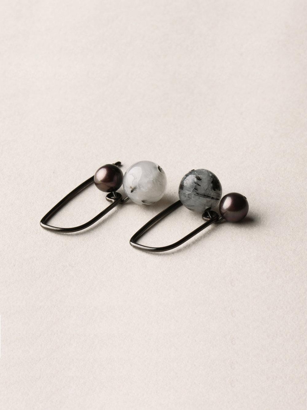Perlen Ohrhänger, kurz in schwarzrutheniertem Silber, echten Süßwasserzuchtperlen und Rutilquarzperlen/ Pearl earrings, short in blackruthenized silver, sweetwater pearls and love arrows pearls
