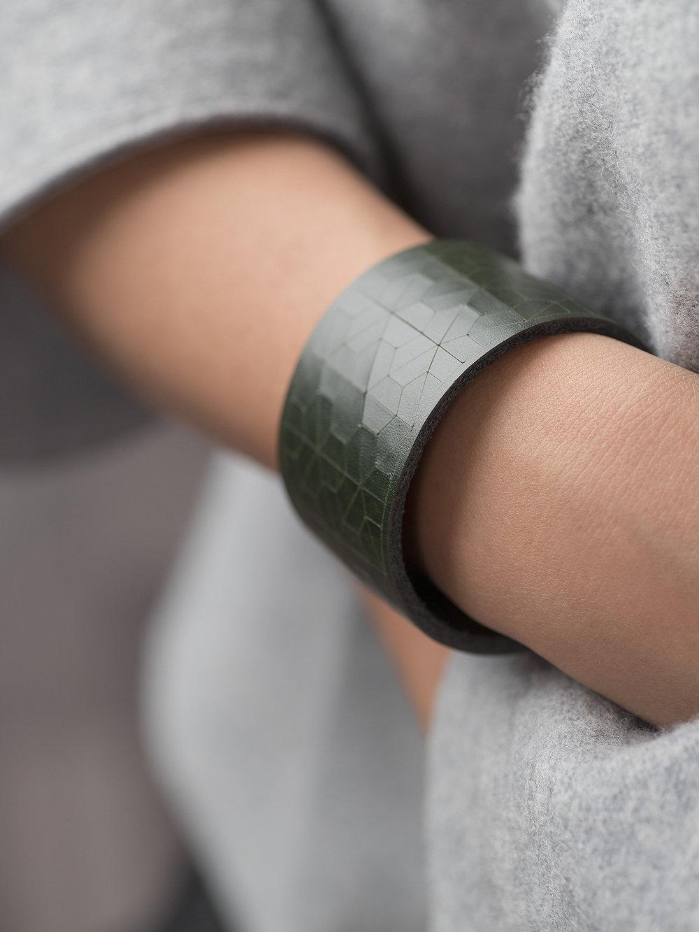 Leder-Armband, schmal in dunkelgrün/ Leather bracelet, big in dark green