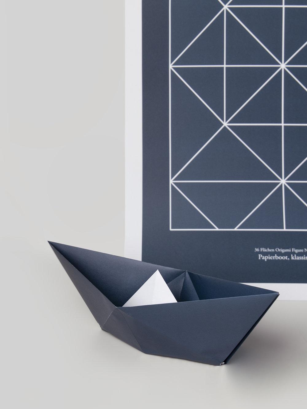 Origami Figur Papierboot mit passendem Print  Origami figure Paperboot with adequate print