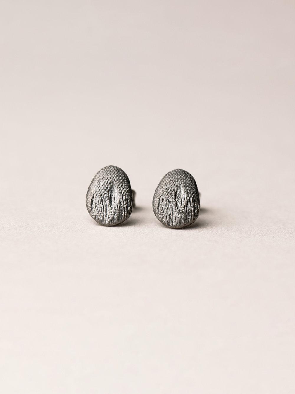 Ovale Amia-Ohrstecker in scharzrutheniertem Silber  Amia, oval stud earrings in blackruthenized silver