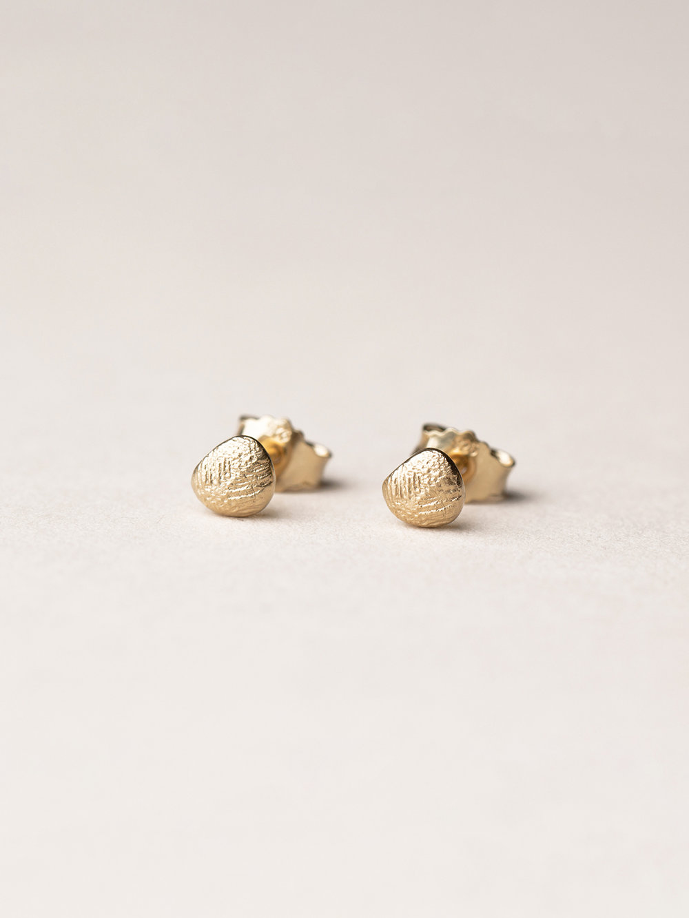 Amia-Punkt-Ohrstecker in 585 Gelbgold  Amia earstuds in 14kt gold