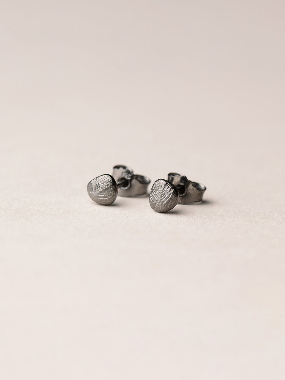 Runde Amia-Ohrstecker in schwarzrutheniertem Silber  Amia, stud earrings in blackruthenized silver