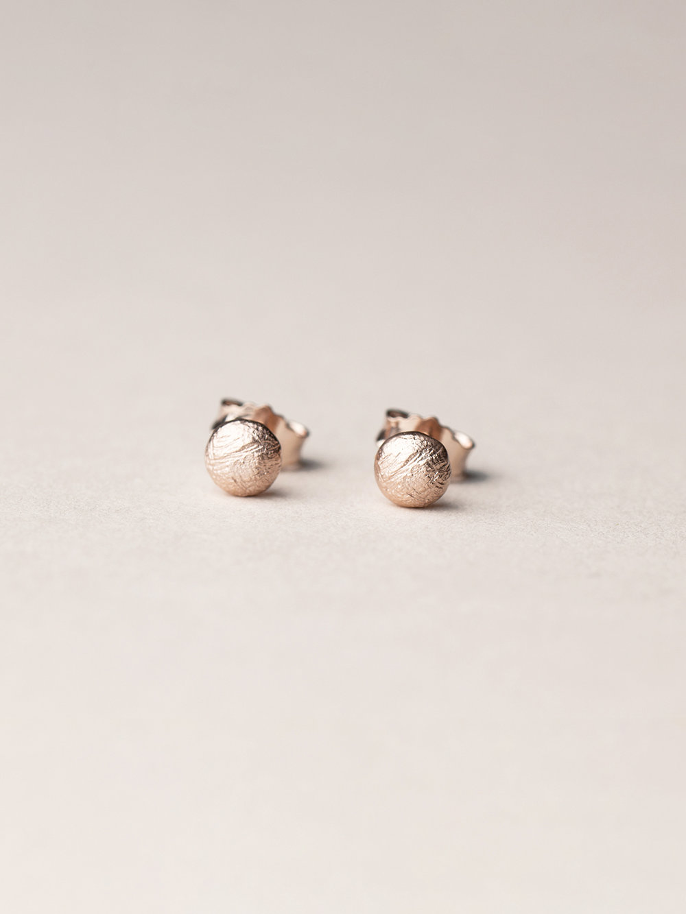 Runde Amia-Ohrstecker in rosegoldplatiertem  Silber  Amia, stud earrings in rosegoldplated silver