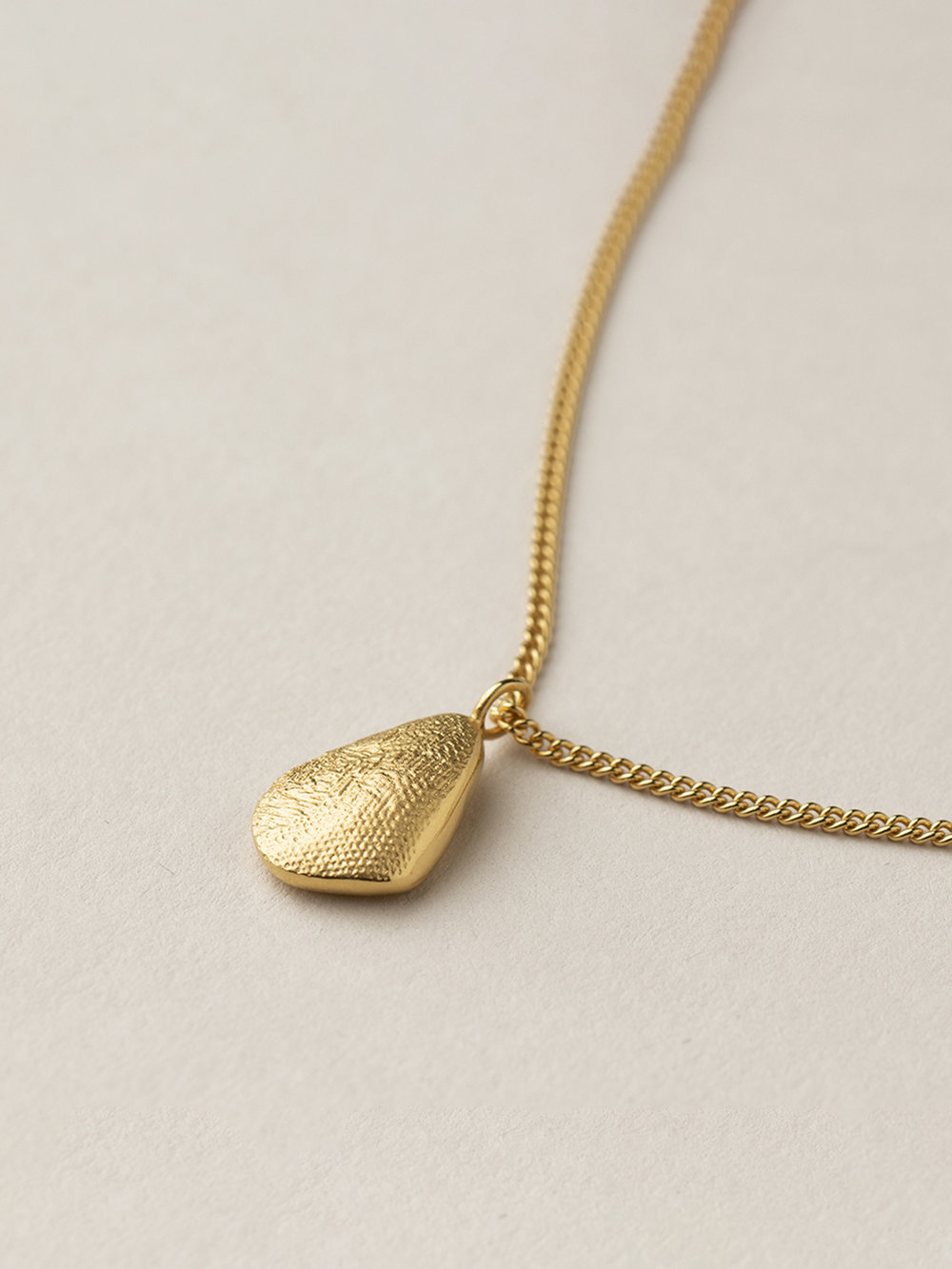 Tropfenkette Amia in goldplatiertem Silber  Amia drop necklace in goldplated silver