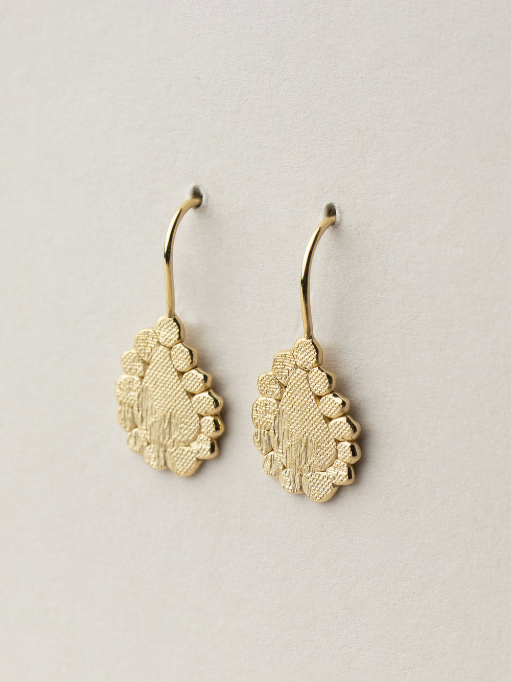 Amia-Tropfen-Ohrhänger in 585 Gelbgold  Amia, dropshaped earrings in 14kt gold