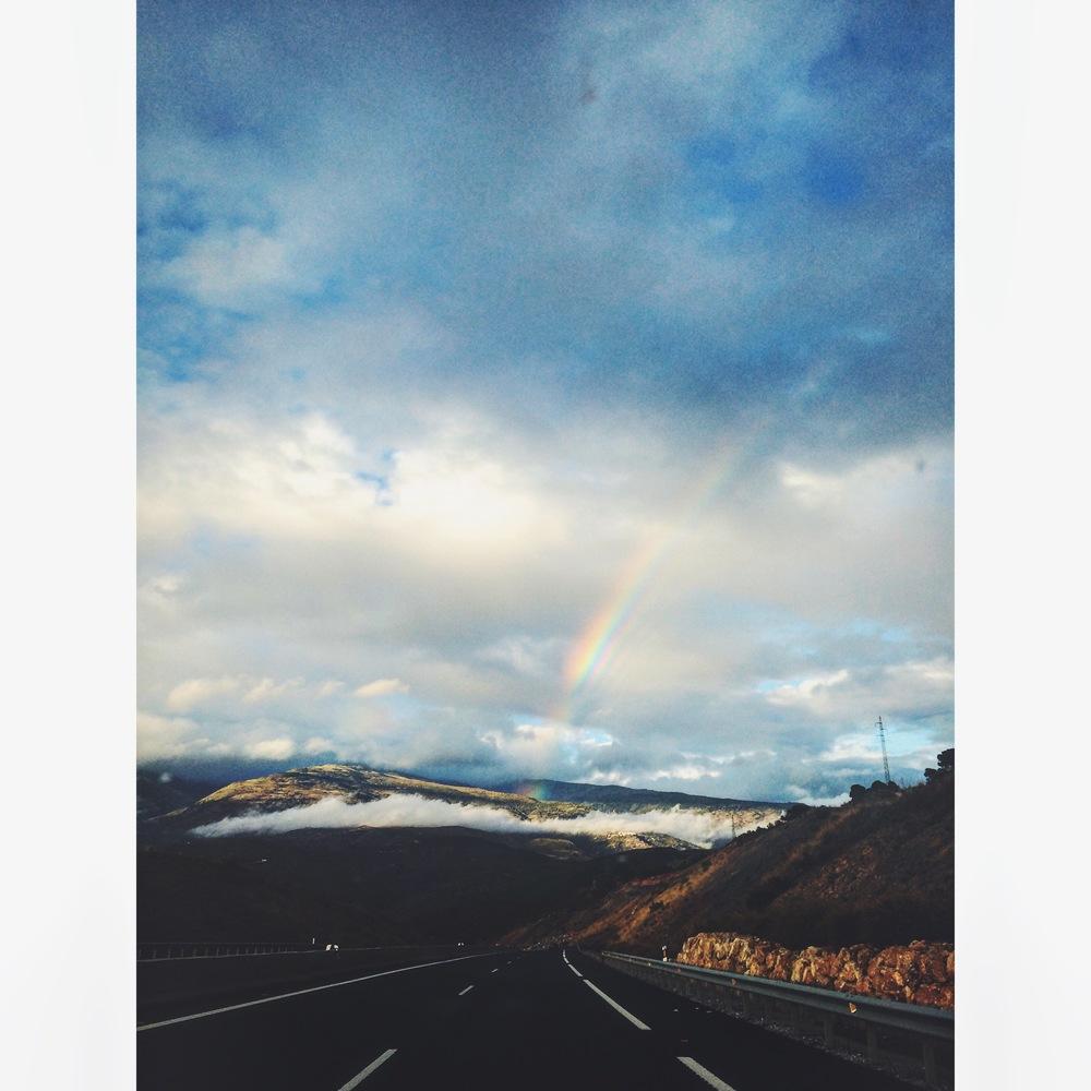 Por Granada nos sorprendió este precioso arcoíris. (L)