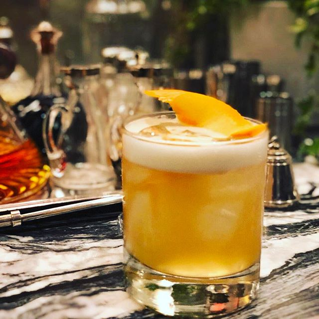 👅🍊🥃☝🏼🥃🍊👅 Great snap or our Whiskey Sour sitting on one of the most beautiful home bars we've seen. House goals!